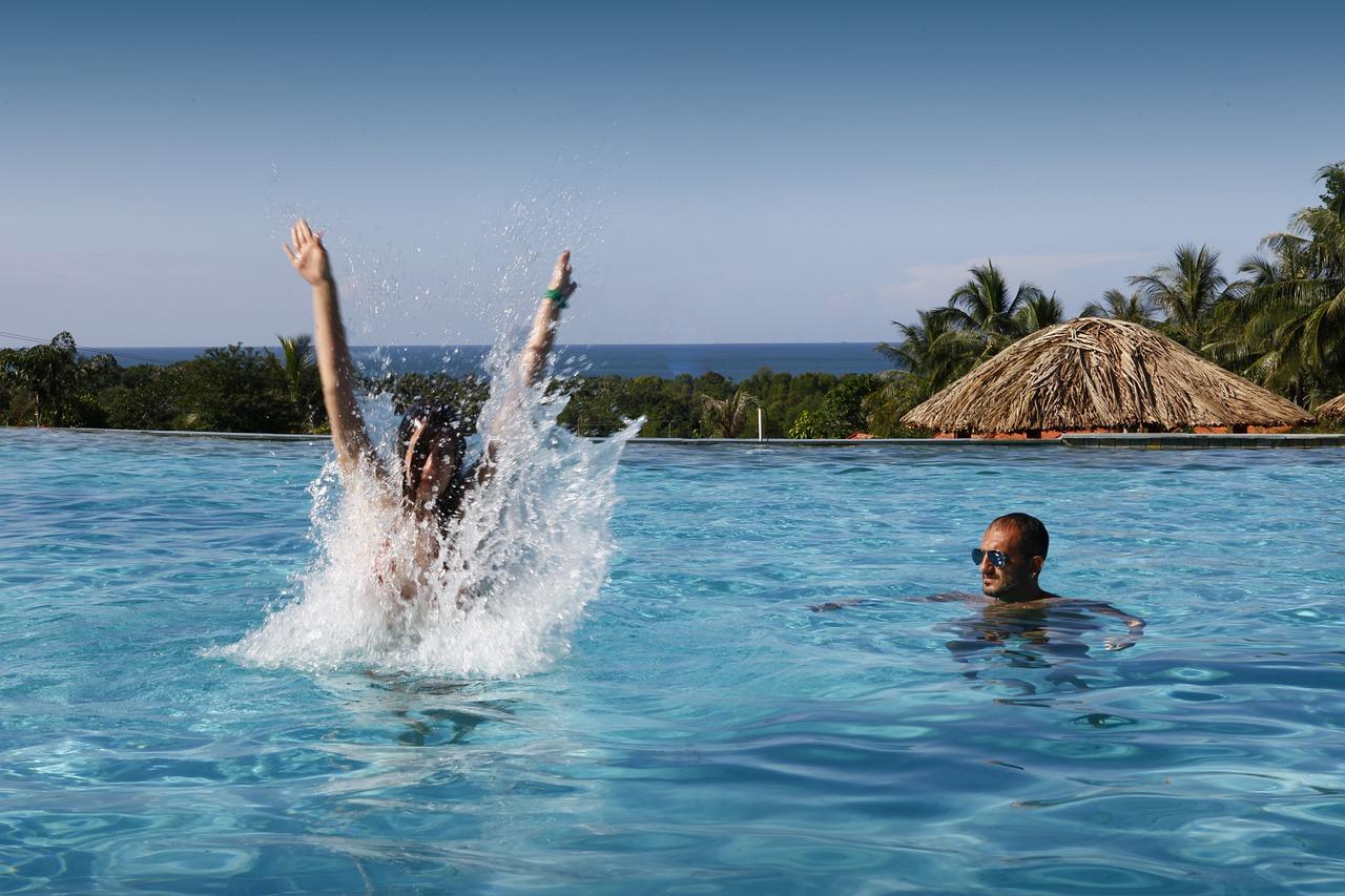 swimming-pool-765045_1280